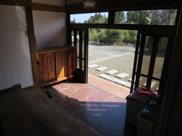 玄関はいったい何人分の靴が床に置けるんだろうと言う広さがあります。これも田舎ならではですが、玄関の広さはお家の格式でもありますし、住まう人の心のゆとりにも繋がります。誰が来たか一目で分かる玄関っていいものですよね。なお、玄関から廊下・広縁の床材は桜の無垢材が使われています。
