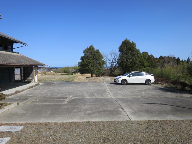駐車場はコンクリートでたたかれていて4台でも5台でも駐車可能です。お庭まで乗り入れ出来るので、10台停めようと思っても停めらる広さがあります。