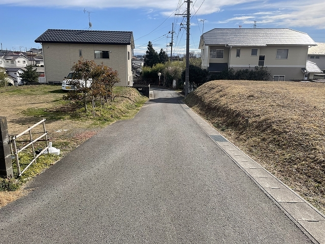 前面道路は幅員4mの公道です。沢山の方が利用される道路ではないため交通量はさほどありません。この先下に下ると泉町と植田町を繋ぐ幹線道路にすぐに出ます。