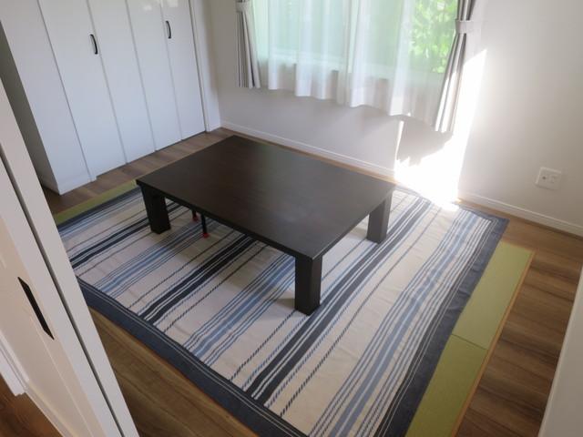 一階リビングに続き間の5.25帖の洋室です。客間や寝室としてフレキシブルにお使いいただけます。