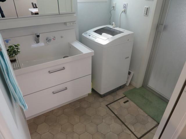 洗面脱衣所です。洗面台は一般家庭用より幅広の高級なタイプが設置されています。その分収納力も上がりますので洗面台周りの小物が沢山収納出来ます。洗髪しやすい深型のシンクで毎朝の身支度に大活躍してくれるでしょう。