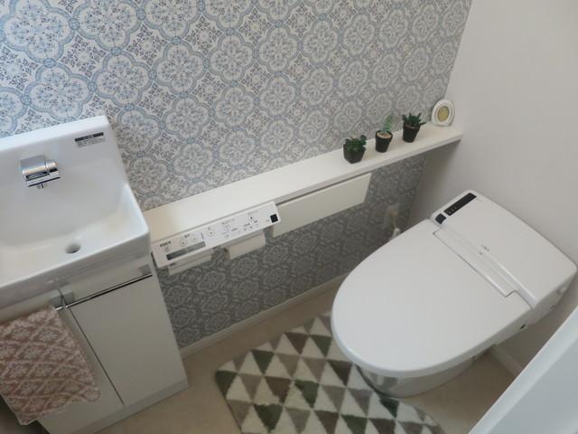 一階トイレの写真です。贅沢にも手洗いと便利なカウンターが付いています。お洒落なクロスに目が行きますが、このお家はところどころこだわりのある高級クロスが使われていてとてもお洒落なんです。