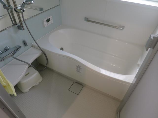 浴室の写真です。浴室もご覧の通りの綺麗さ。こちらの物件全体がそうなんですが、ハウスクリーニング業者がしょっちゅう入ってるんじゃないかと思うくらいご夫婦で綺麗に掃除して使っています。実に来たらビックリすると思いますよ。