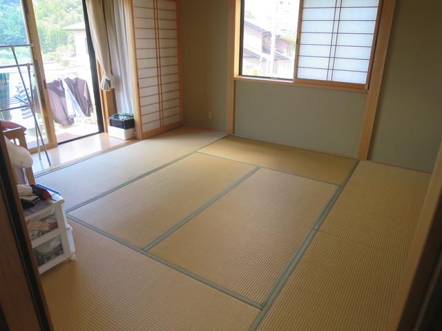 和室は9.6帖の広さがあり一階の寝室としてご利用頂けます。お子様が小さいうちはメインの主寝室として大活躍するでしょう。断熱性を更に高める障子がありとても快適に過ごせるお部屋です。