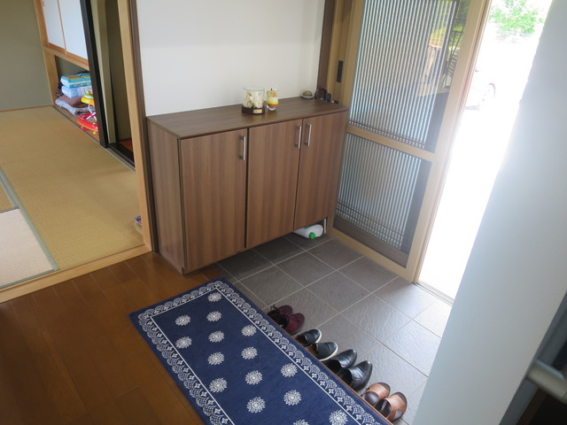 玄関は最も使いやすい二枚引戸。このタイプの魅力は開けやすさ・物の出し入れのし易さ・玄関全体の明り取りなどありますが、最大の魅力は、網戸が設置出来て気持ち良い風がお家を駆け巡ることです。