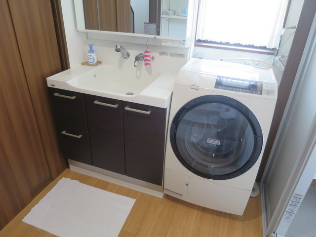 洗面脱衣所の写真です。洗面脱衣所は一般家庭よりも広く設計されています。ここが広く確保されていると日常の使いやすさが段違いにUPしますよ。