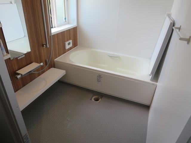 お風呂は一般家庭よりも広い1620タイプで洗い場の広さが違います。ハズレの無いウッド調のアクセントパネルが落ち着いた雰囲気をつくっており毎日癒されること間違いなしです。