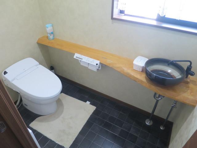 木造住宅の大手メーカーらしい造り込みがトイレに施されています。床の色合いと手洗いカウンターの雰囲気だけでこれほどゴージャスに造り上げているのは流石です。