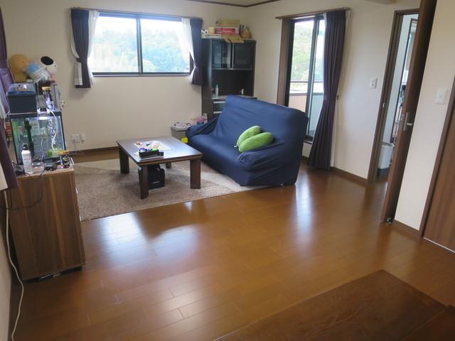 二階13.5帖の洋室です。間取り的には主寝室になります。現在はほとんど使っていないお部屋だそうですが、家具を置いてくれているので広さがとても分かりやすくなっています。
