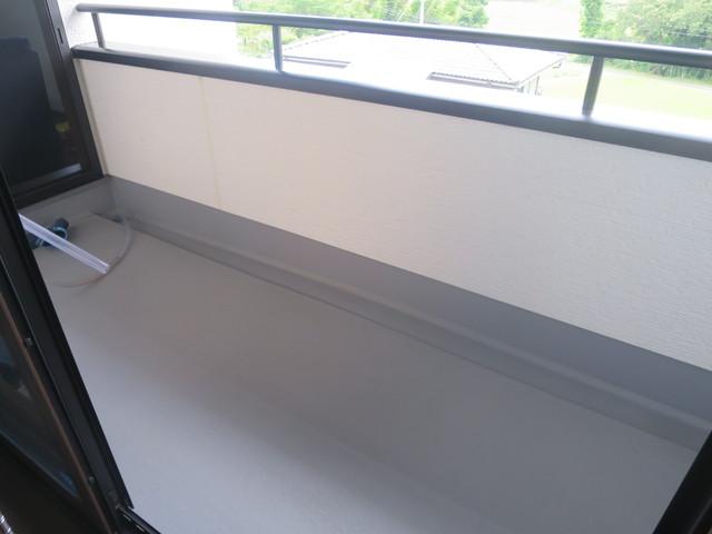 バルコニーは雨が当たらない構造になっているので状態も良好です。二方向からアクセス可能ですが、特に階段ホールからアクセス出来るのは洗濯物干しの際に便利に使えます。