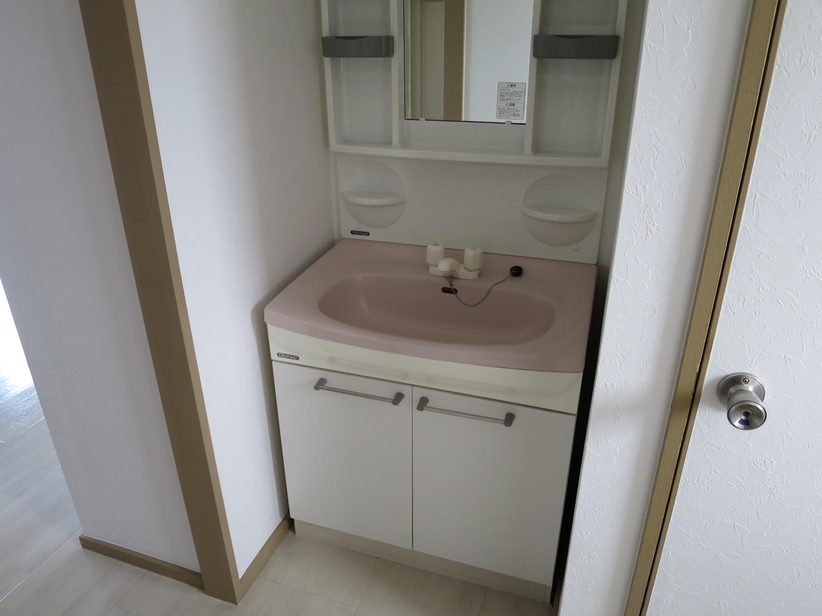 洗面台と、隣のスペースには洗濯機が設置可能です!帰宅後真っ直ぐ手洗いうがい出来るのはいいですね♪