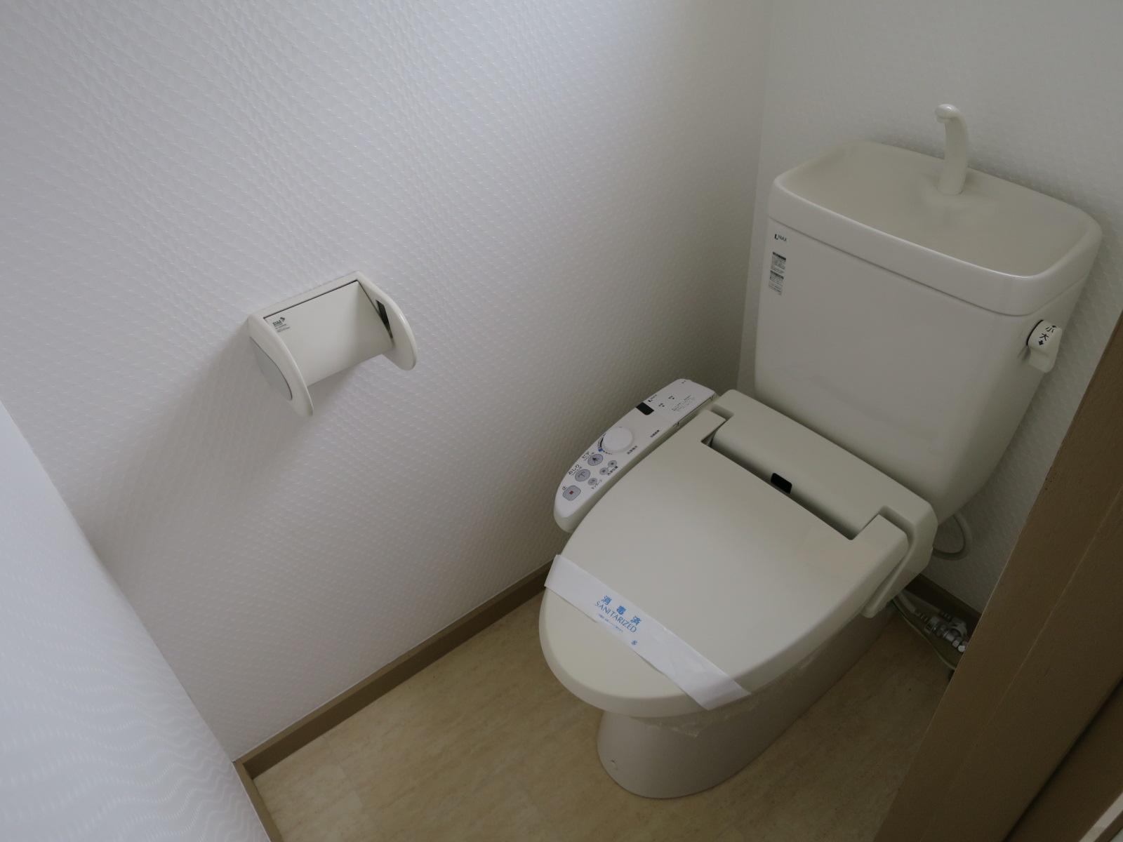 トイレにはウォシュレットが付いています。白を基調とした独立型トイレになっています。