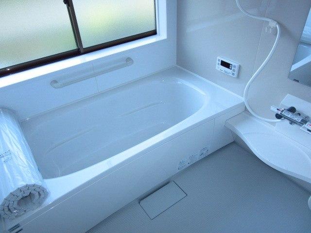 浴室:1坪タイプのユニットバスへ、リフォームしました。窓もあり浴室全体が明るく感じます。新しいお風呂で足を伸ばしゆっくり入浴はいかがですか♪