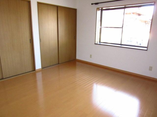 フローリングのお部屋は収納スペースが2カ所!!寝室やお子様のお部屋として使用出来ます。日当たり良好です★